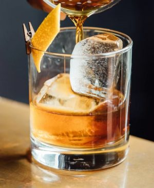 Combo con ingredientes para coctel old fashioned con whisky